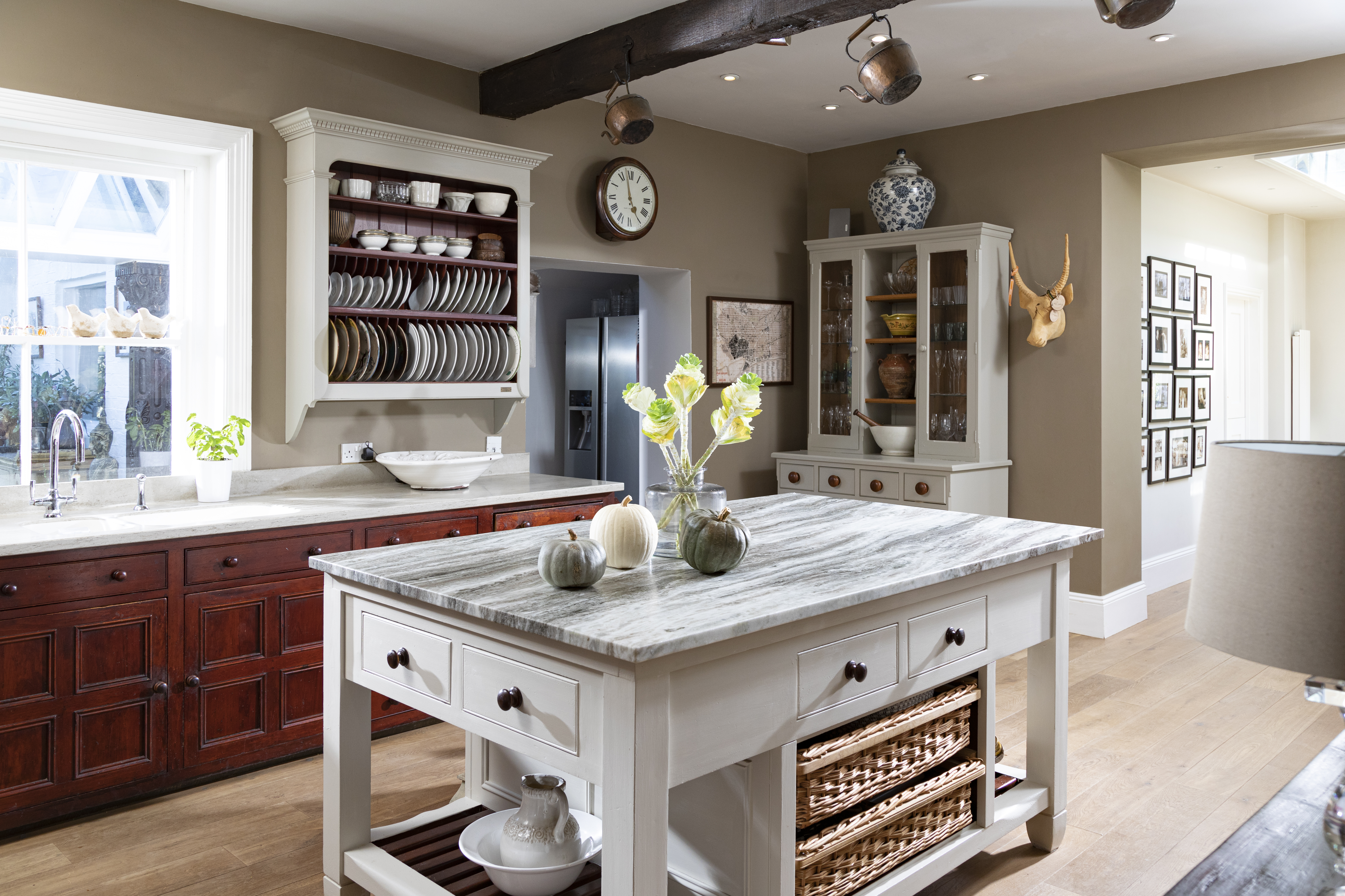 Mixing Materials and Finishes in the Kitchen
